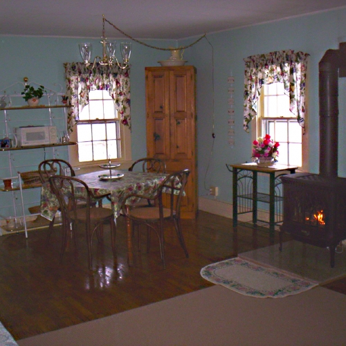 Photo of the main room at Amish Cottage at Eagle's Rest Farm